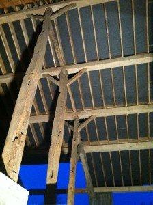 Pose de nouvelles poutres en chêne à Arbrefontaine