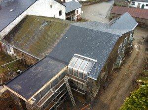 toiture ardoises naturelles et plate forme  à Arbrefontaine